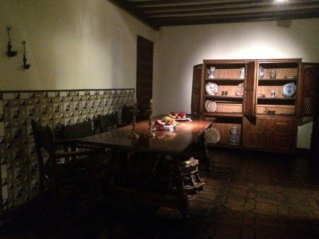 Deliciosa vista del comedor de la casa, con los azulejos al estilo escurialense. FOTO: J.M.G.