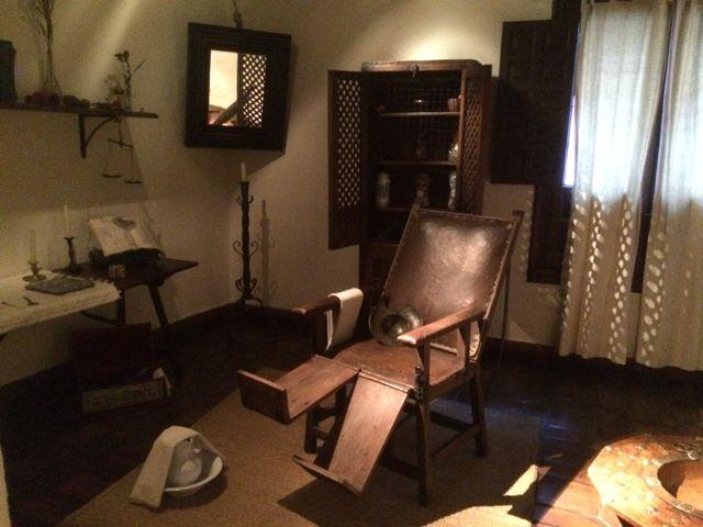 Vista de la sala de la botica, con el sillón que nos recuerda al de Felipe II para su gota. Ahí trabajaría Rodrigo de Cervantes, padre del escritor universal. FOTO: J.M.G.