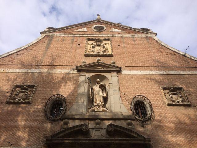 Detalle de la fachada principal con la talla de San Bernardo sobre la puerta central y dos óculos elípticos. FOTO: J.M.G.