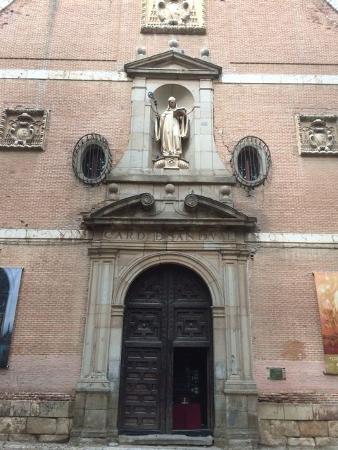 Otro detalle, con la puerta central y los escudos del cardenal arzobispo promotor. FOTO: J.M.G.