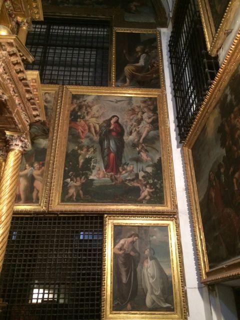 Diversos cuadros de Nardi decoran el muro de la capilla mayor en el cual se ven las rejas que nos separan de la clausura en la que residieron monjas desde el siglo XVII hasta el año 2000. FOTO: J.M.G.