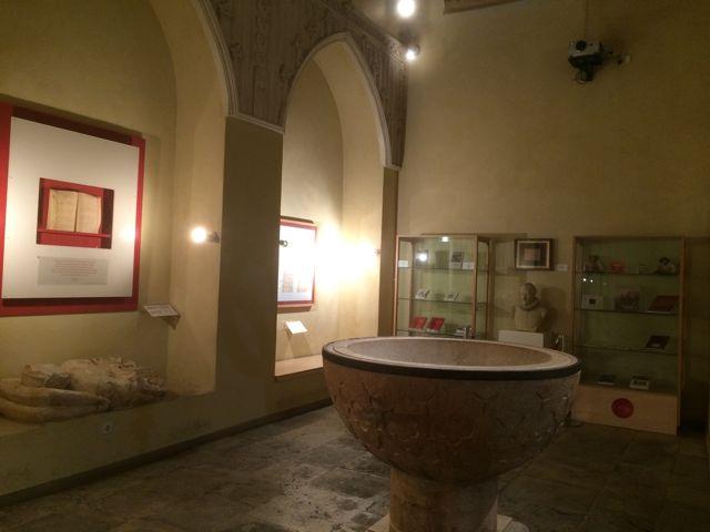 Otra perspectiva de la singular capilla, con las partidas de bautismo mostradas en sus muros. FOTOS: J.M.G.