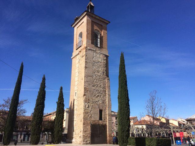 Entre cipreses permanece impertérrita la torre mirador. FOTO: J.M.G.