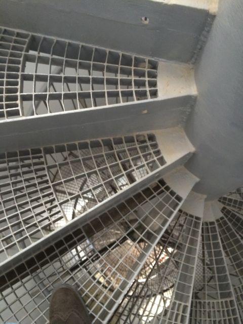 Caracol de la escalera metálica que nos lleva al mirador de la torre. FOTO: J.M.G.
