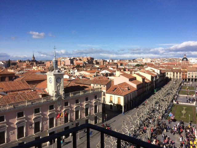Otra vista de la Plaza de Cervantes, con el Ayuntamiento a la izquierda. FOTO: J.M.G.