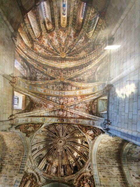 A pesares da luz dos focos reflectida nas fotos nesta sala de Cea, pódese advertir a interesante fermosura desta perspectiva do cruceiro e capela maior da igrexa medieval do mosteiro.