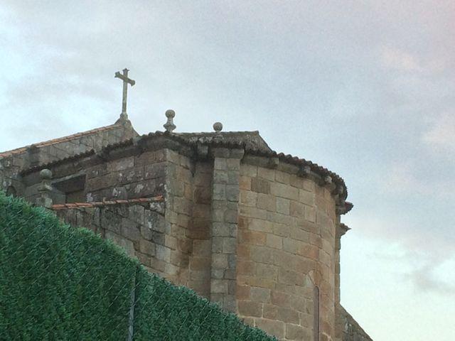 Lo poco que desde la calle se puede ver del ábside románico. FOTO: J.M.G.
