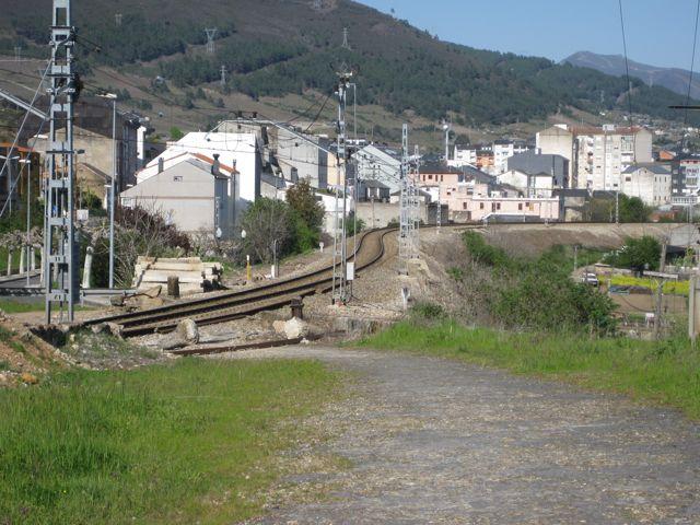Vía férrea descendiendo hacia la estación ruesa desde A Casilla. FOTO: J.M.G.