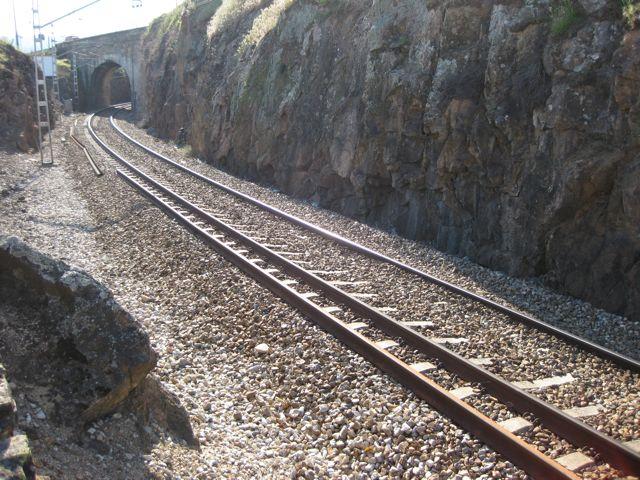 otro detalle de la vía con el puente de la antigua N-120 sobre ella en la zona de A Casilla porque en esta zona hubo una casilla de guardabarreras. FOTO: J.M:G.