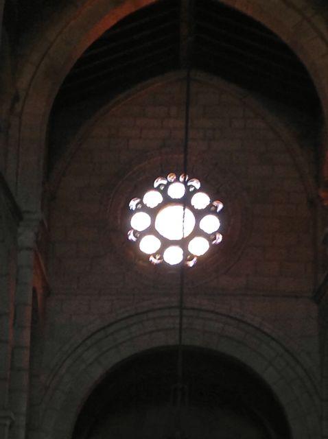 El rosetón sobre la capilla mayor, como en Ourense o en Santa Mariña, alude al ocho, como número sagrado. FOTO: J. M. G.