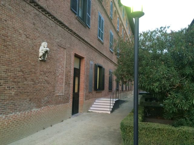 Uno de los pabellones gemelos en cuya planta baja se halla la habitación musealizada. FOTO: J. M. G.