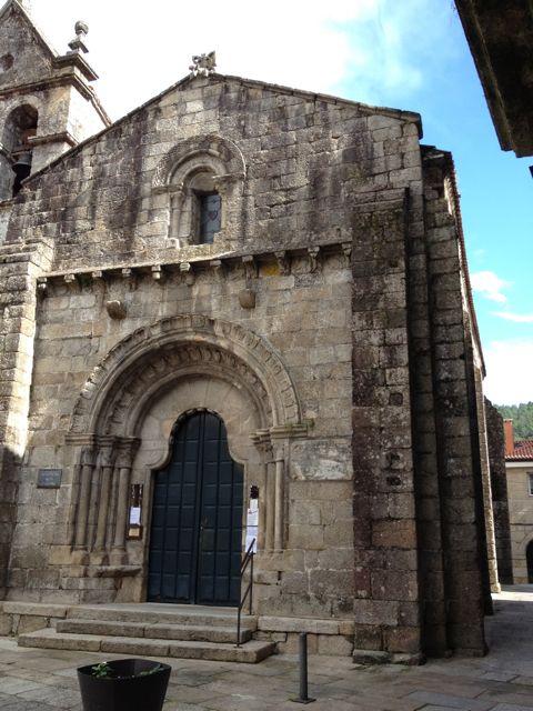 Un templo románico urbano, la iglesia de Santiago, en Ribadavia. FOTO: J. M. G.