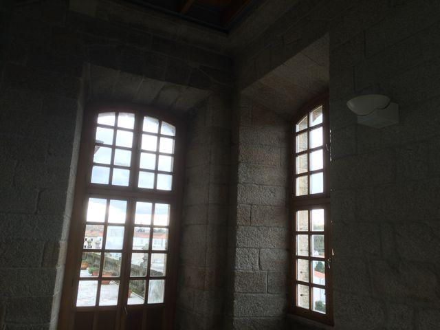 Caja de la escalera y ascensor para acceder a las dependencias del Consello da Cultura Galega. FOTO: J. M. G.