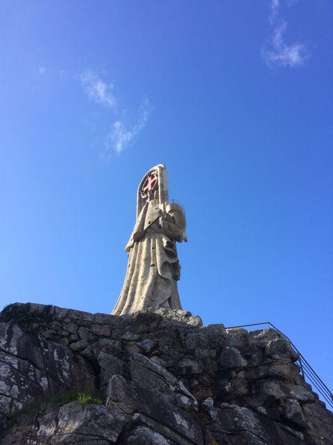 Sobre el cerro en pleno monte de San Roque, se alza esta imagen, anunciada en un almuerzo en 1909.