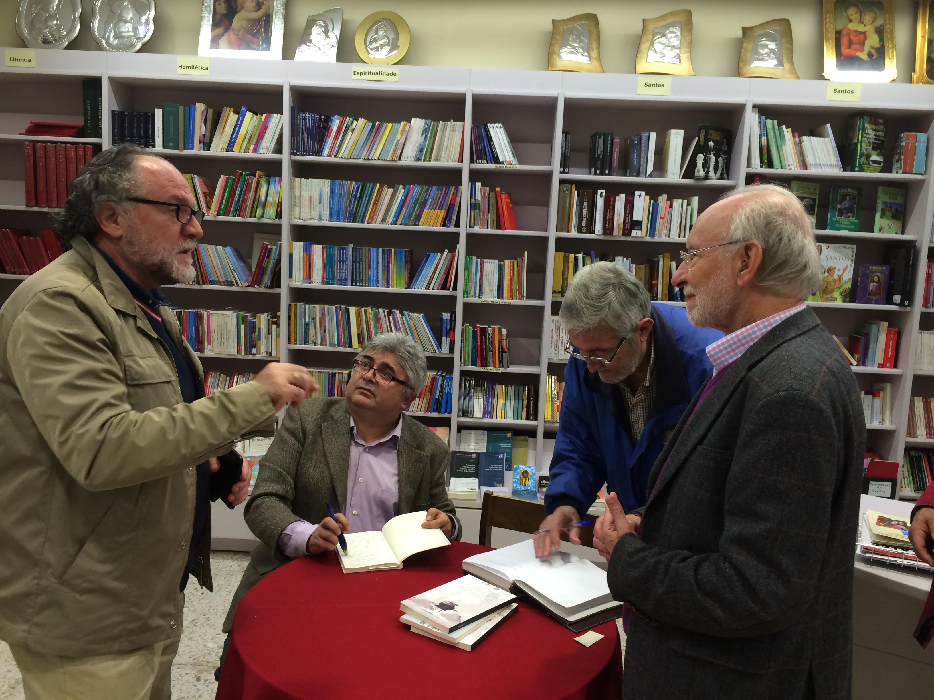 Loureiro, sentado, durante la firma de libros a sus amigos FOTOS: J.M.G.